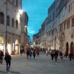 Belebter Corso Vanucci am Abend