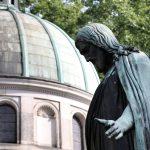 Christus-Statue im Innenhof der Friedenskirche