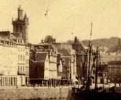 Détail sur l'ancien clocher de Saint-Melaine et les manches le long du quai.