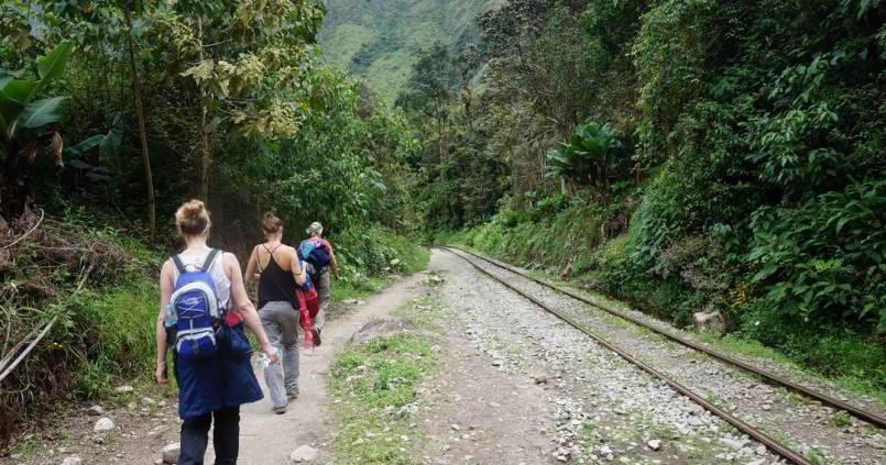 2h de marche à côté de la voie ferrée, pour rejoindre le MatchuPicchu 1