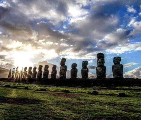 Levé de soleil sur l'île de Pâques et ses Moaï. 5