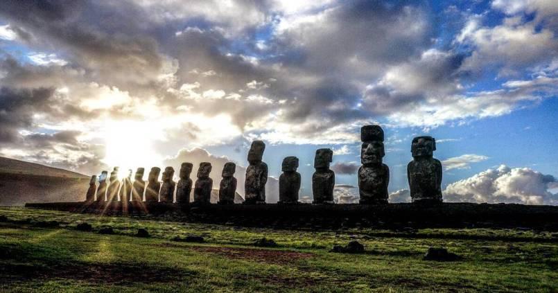 Levé de soleil sur l'île de Pâques et ses Moaï. 1