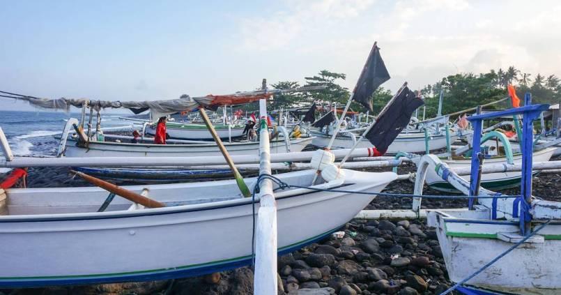 Les bateaux de pêcheurs sur une plage de Bali. 1