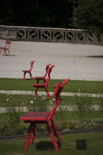 Ellipse de bancs rouges - Felice Varini