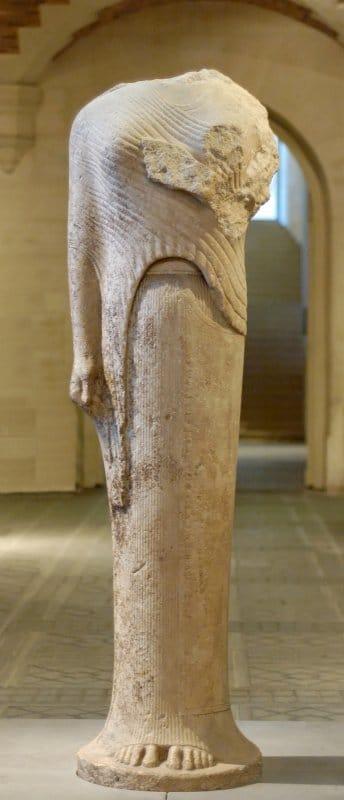 Koré de l'Héraion de Samos, exposée au Louvre - photo de Jastrow sur wikimedia.