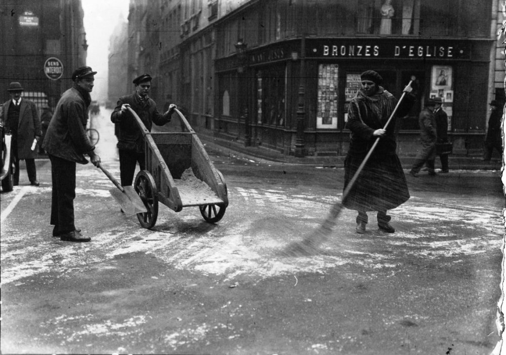 Paris sous la neige : balayage de la neige - place des Victoires - 1933
