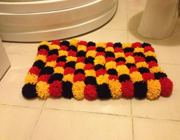 Pom-Pom-bath-rug7-675x527 6 Easy DIY Bathroom Rugs