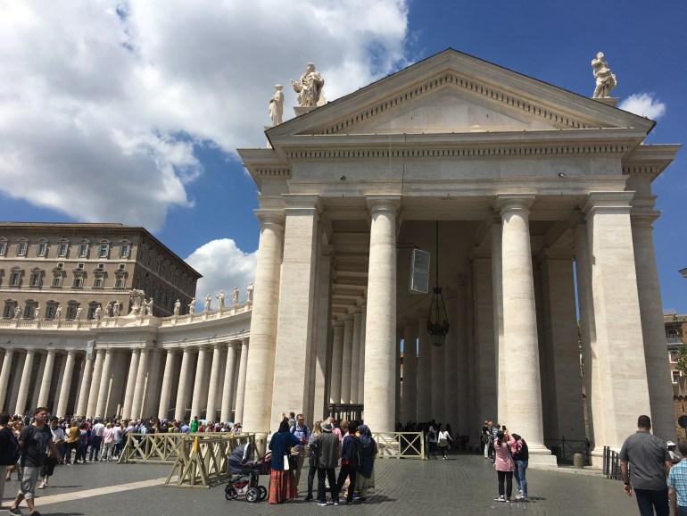 Keďže sme bývali kúsok od Vatikánu, naše prvé kroky smerovali sem. V pozadí nekonečný rad ľudí, ktorí čakajú na vstup do Baziliky sv. Petra.