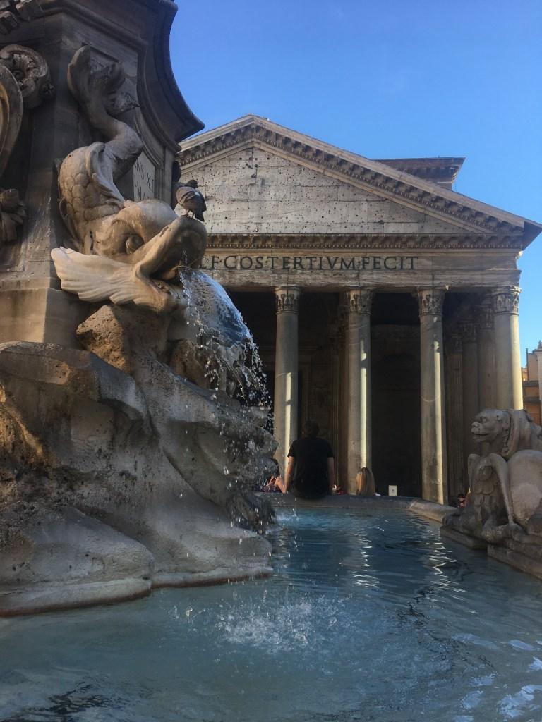 Pantheon, ktorý pod sebou ukrýva aj hrobku Raphaela.