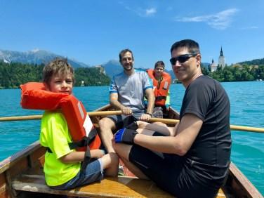 Výlet na drevených loďkách