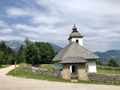 Kostol Sv.Kataríny, narazíte na neho po ceste z Vintgar Gorge