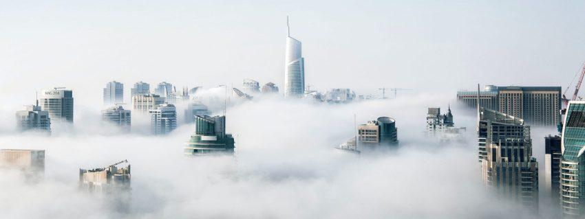 Logo wieżowców w chmurach