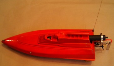 rote Maus von Hermann Geng Länge: 650 mm, mit Ruderanlage 800 mm, Breite: 250 mm, Höhe: 180 mm, Motor: 3,5 ccm mit Getriebe