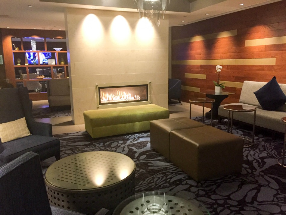 When we you walk into the crowne plaza seattle airport hotel its a comfortable and nicely laid out lobby area that leads into a large lounge area with