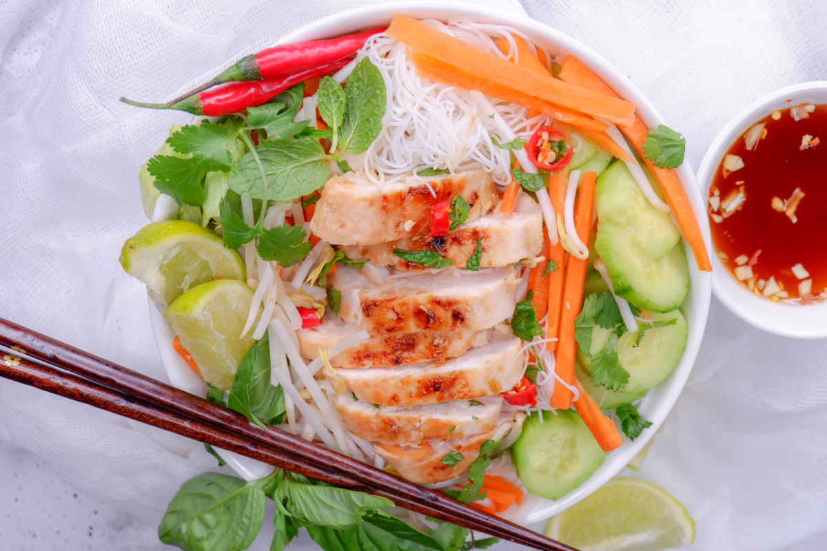 Serve up this healthy noodle bowl recipe with tender chicken, veggies and flavours of lemongrass. The perfect recipe to make #mealprep #ricenoodlebowl #easy #lunch #lightmeal #Vietnamese #lunch #shredded #rotisserie