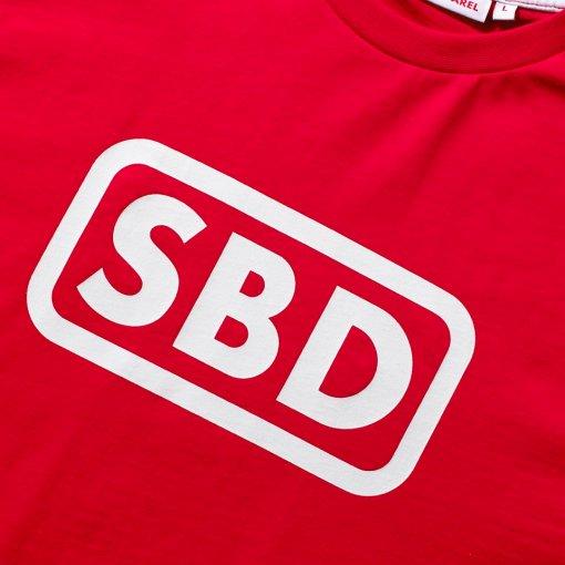 Logo bianco su t-shirt rossa sbd