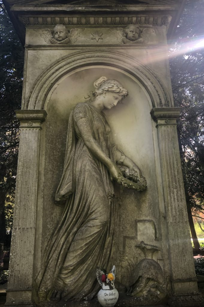 Statue vor dem Ehrenfriedhof in Saarbrücken im deutschen-französischen Garten  -> versteinert