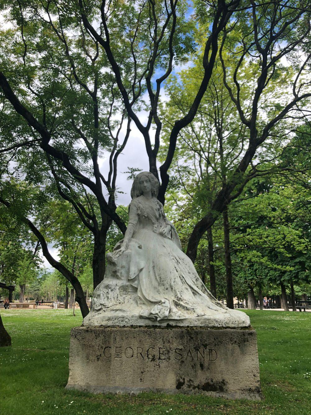 Statue von George Sand unter Bäumen
