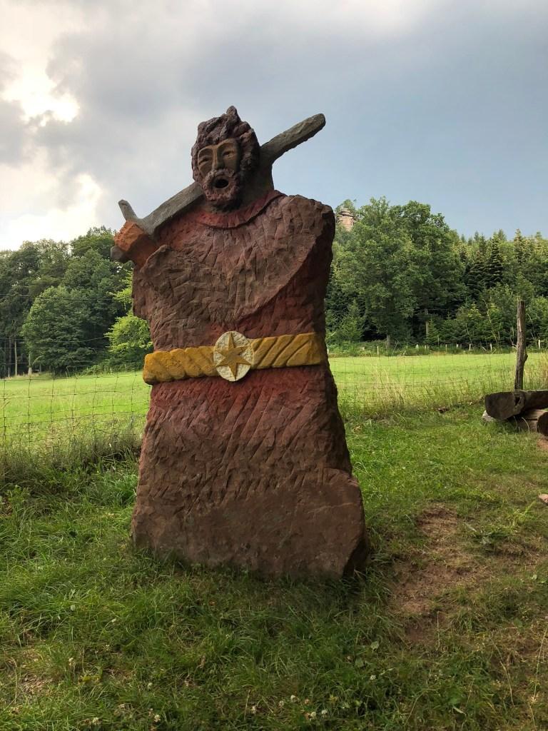 Wikinger Figur vor einem Spielplatz in Lemmbach, in der Nähe  der Burg Fleckenstein  -> versteinert