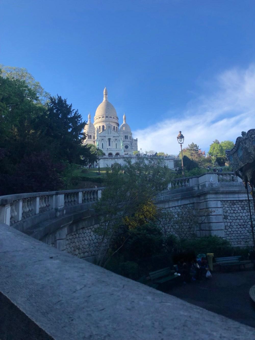 Die Basilika, Sacré-Coeur aus dem 18. Arrondissement von Paris, auf dem Monmartre unter strahlend blauem Himmel