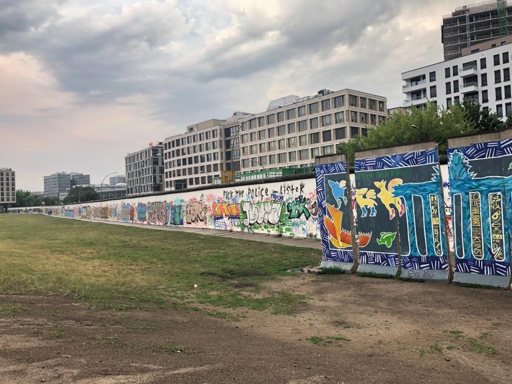 Teil der Berliner Mauer bei der East Side Gallery in Friedrichshain