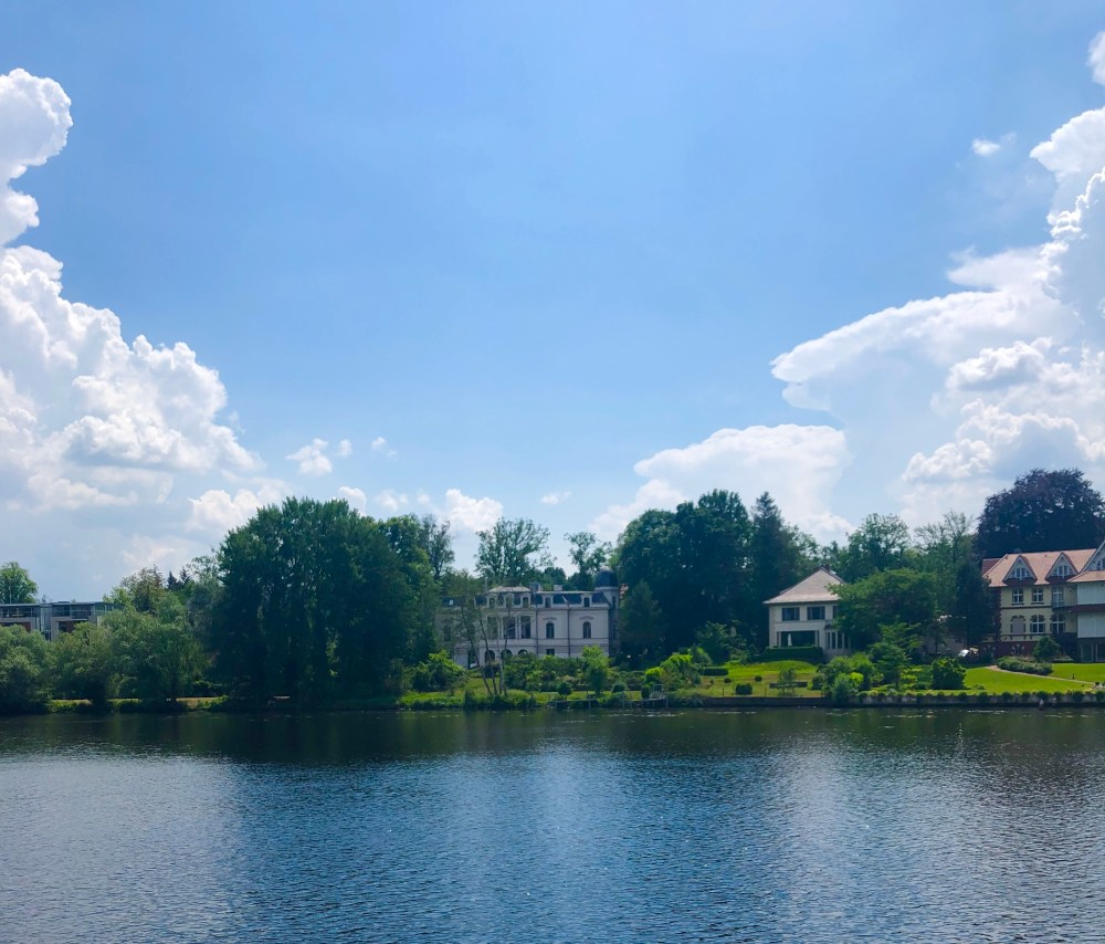 """Kleines """"Weißes Haus"""",am Ufer des Griebnitzsee. Es ist von dem Haus des Präsidenten, der USA inspiriert, um ihn zu beherbergen."""