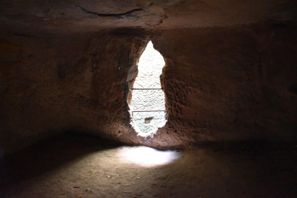 Höhlenraum mit Durchblick zur Zisterne