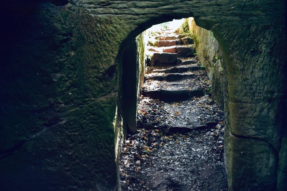 Treppen in den Felsen von einem Höhlenraum heraus