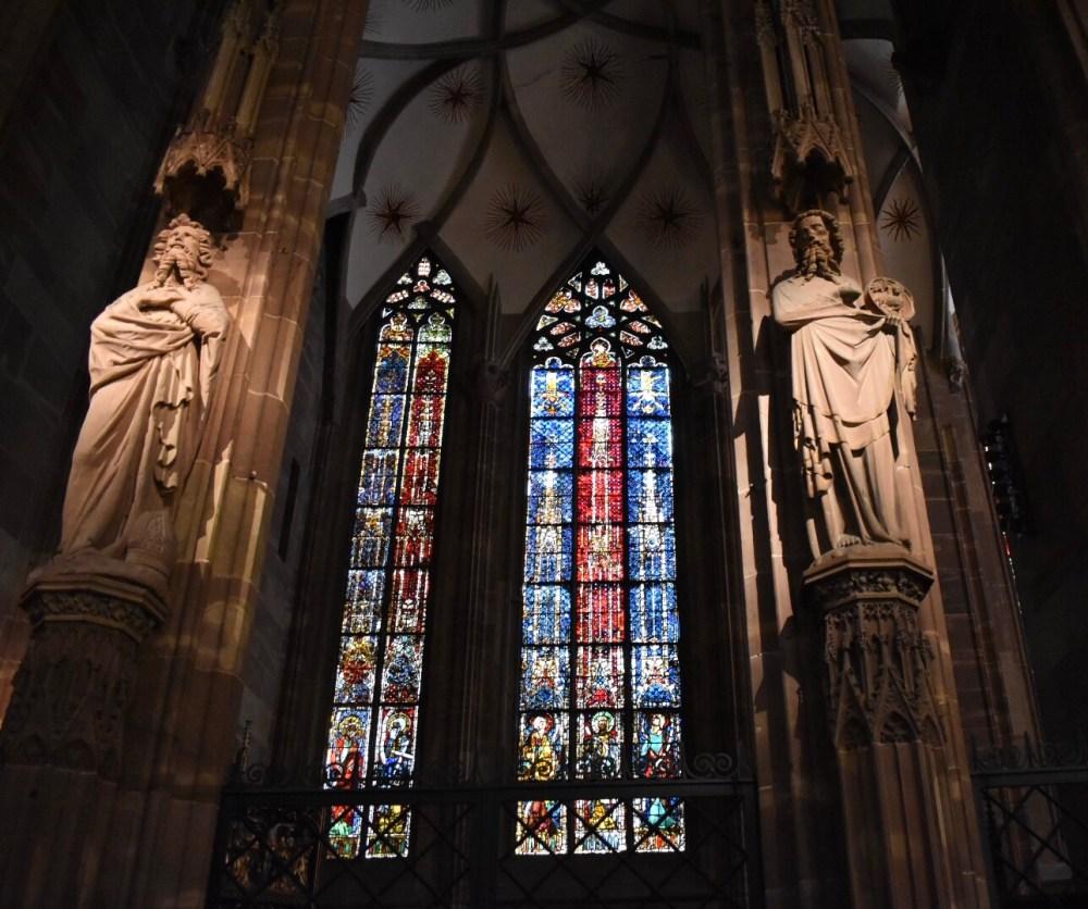 Statuen mit Säulen vor den Kirchenfenstern