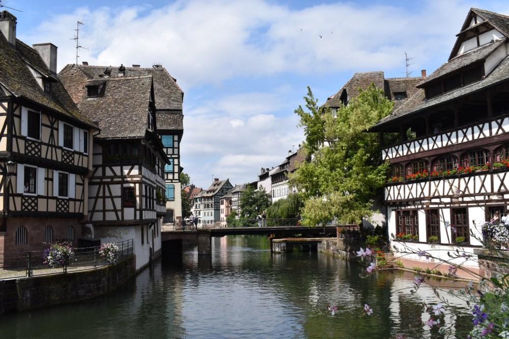 Blick auf die Fachwerkhäuser am Fluss