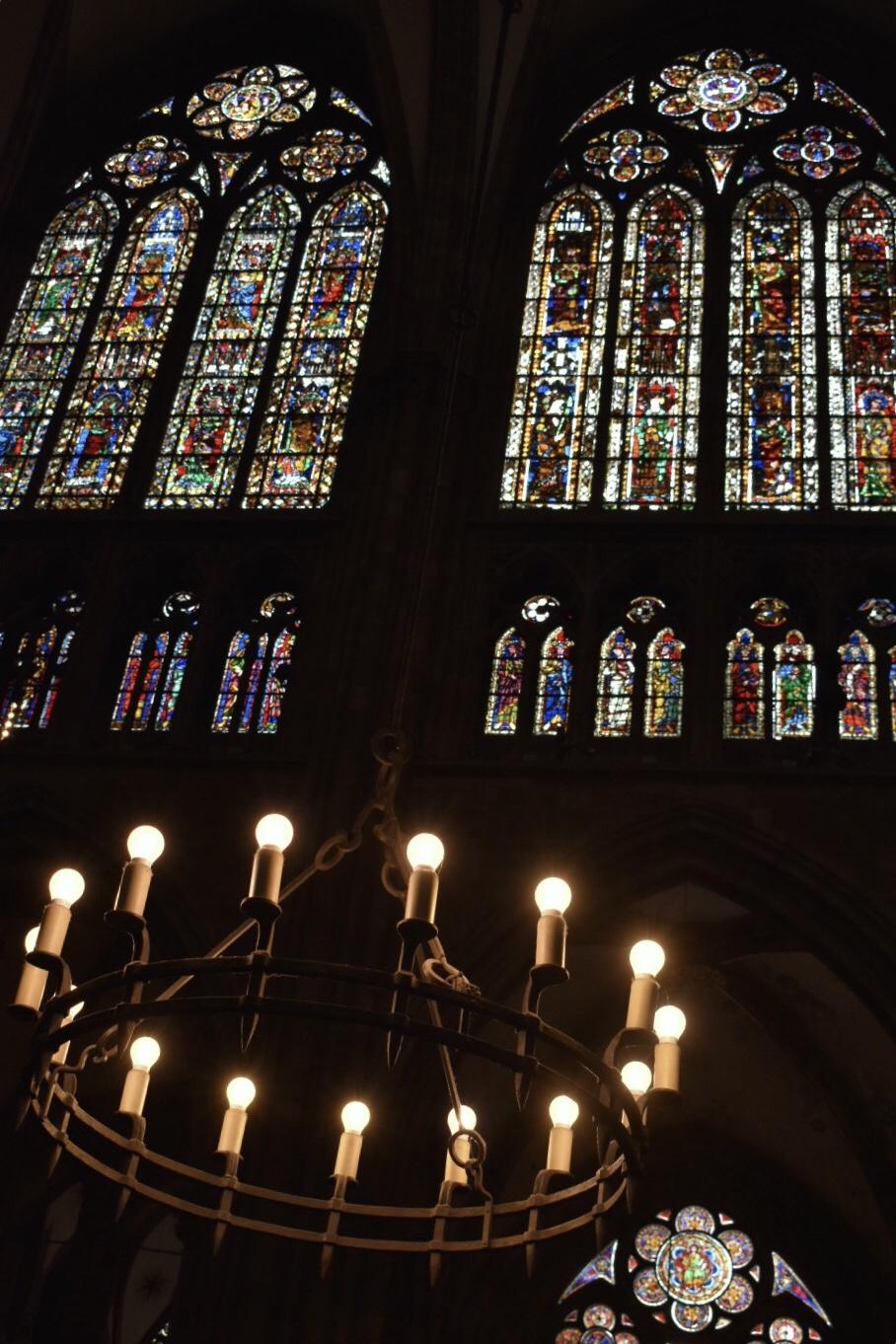 Kronleuchter vor den Kirchenfenster der Kathedrale