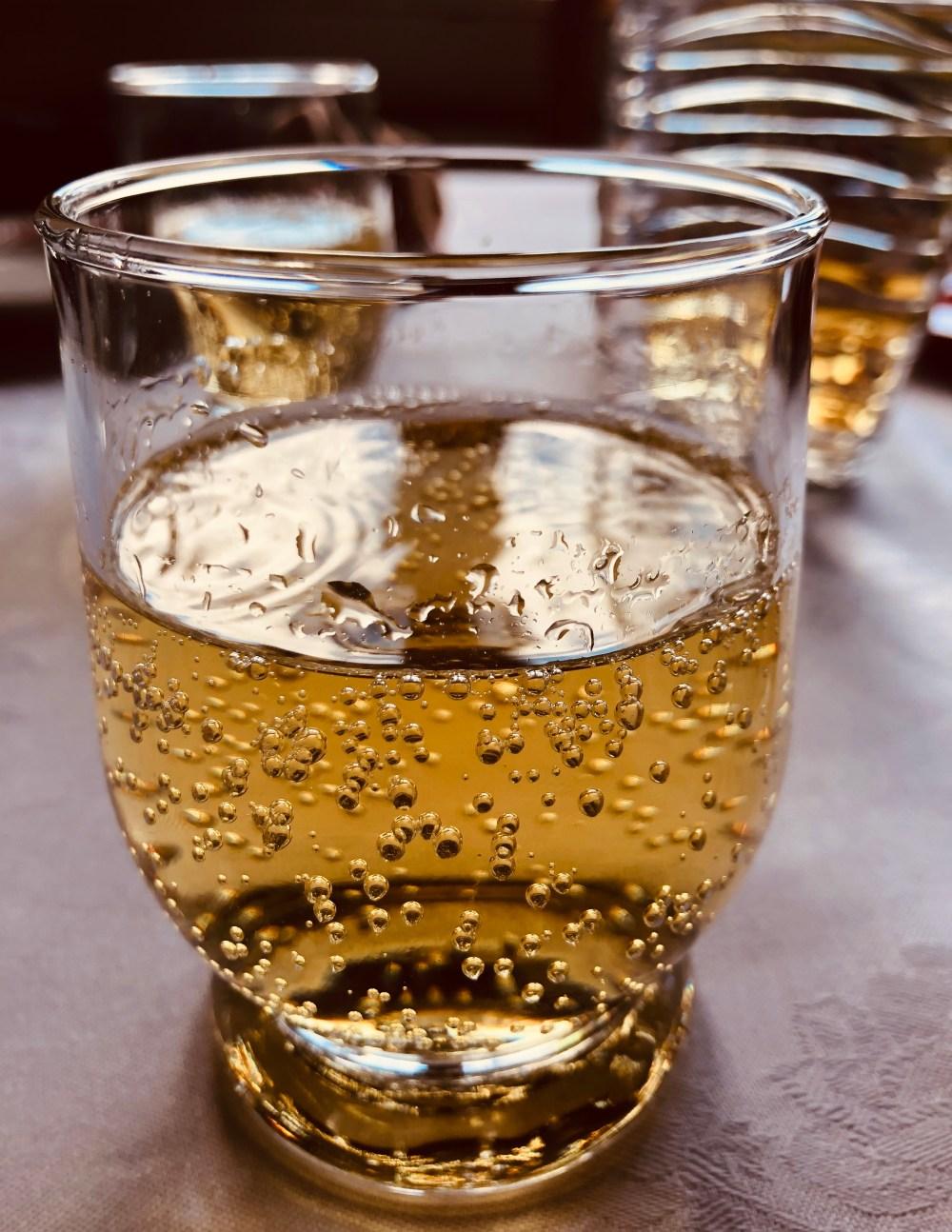 Gläser mit sprudelndem strahlendem Apfelsaft