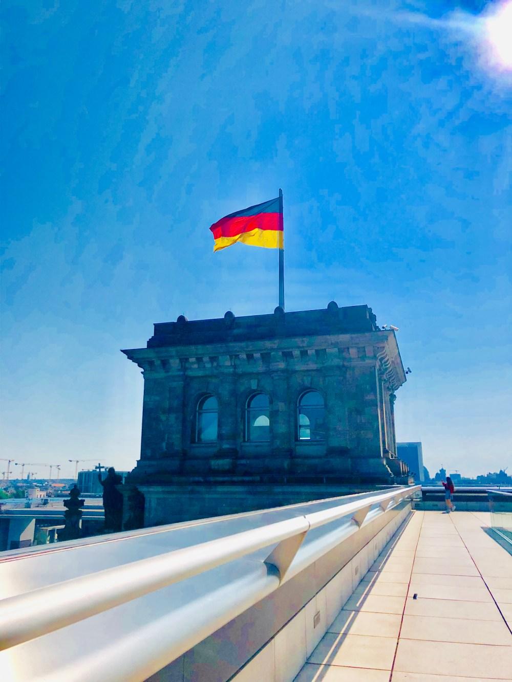 Leuchtende Deutschland Fahne auf dem Gebäude desBundestag