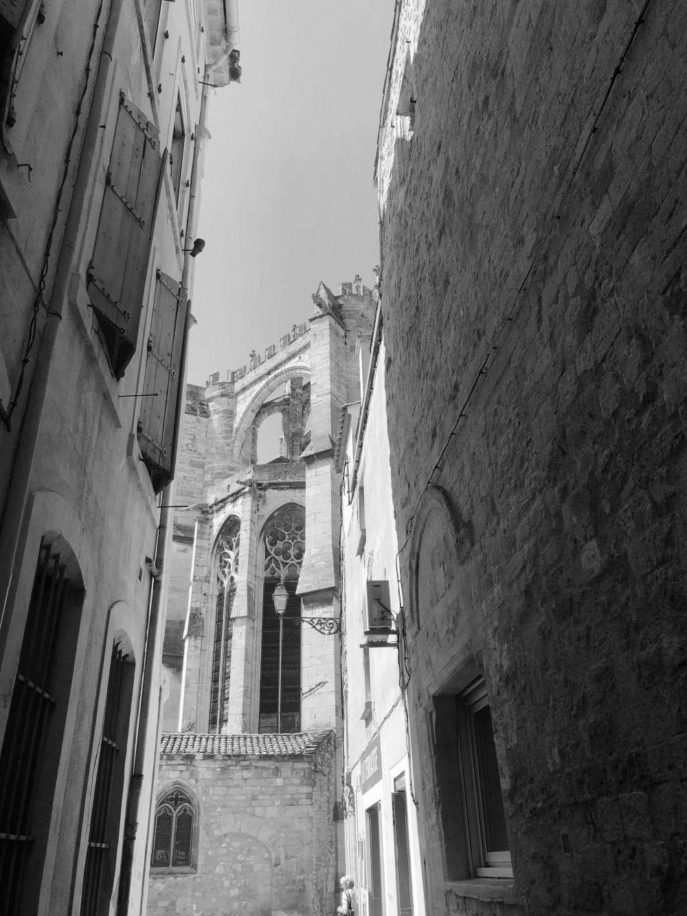 Kirche , die zwischen zwei Häusern hervorragt