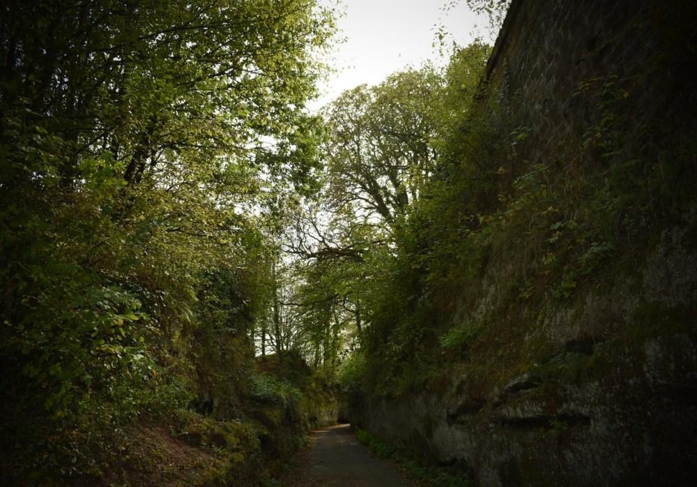 Weg durch den ehemaligen Burggraben
