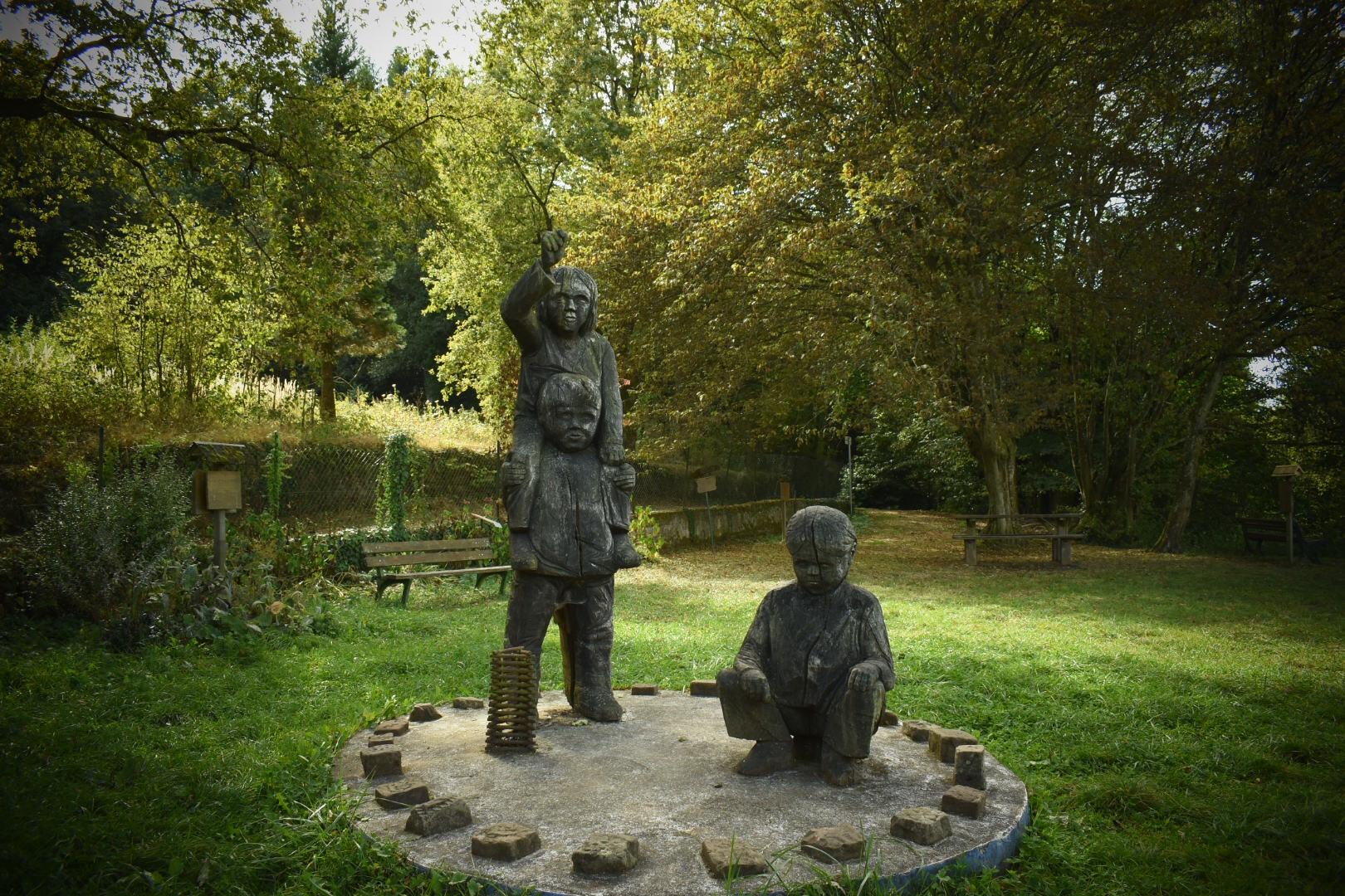 """Statuen von """"Spielenden Kinder"""" im Garten der Dichter ( Jardin des Poetes)"""