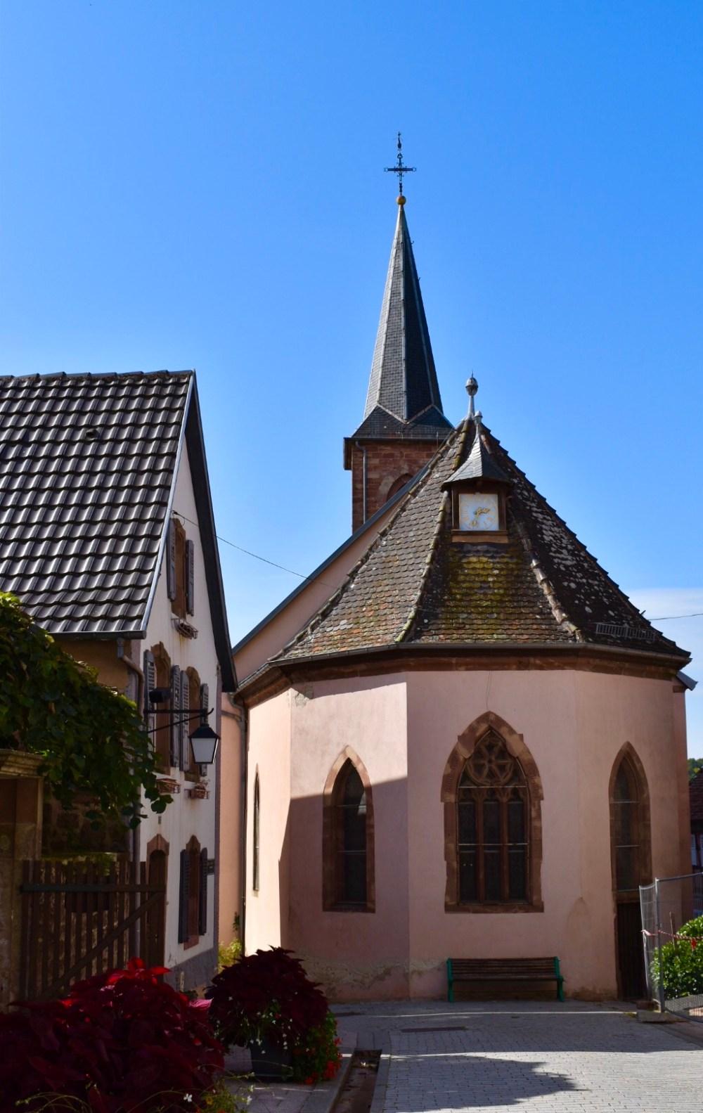Kirchengebäude mit Turm