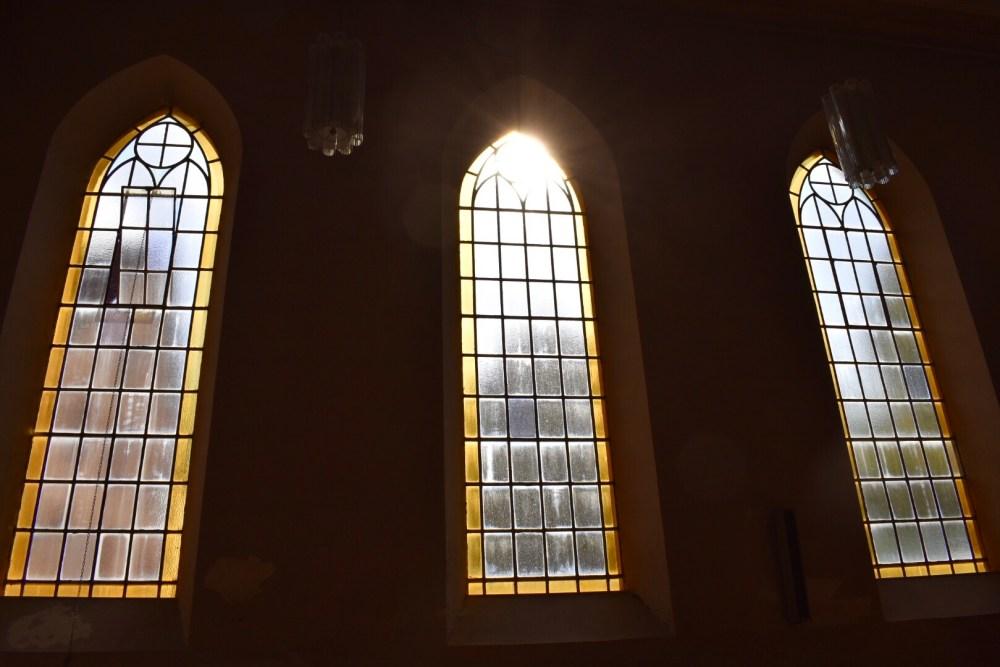 Kirchenfenster durch die die Sonne strahlt