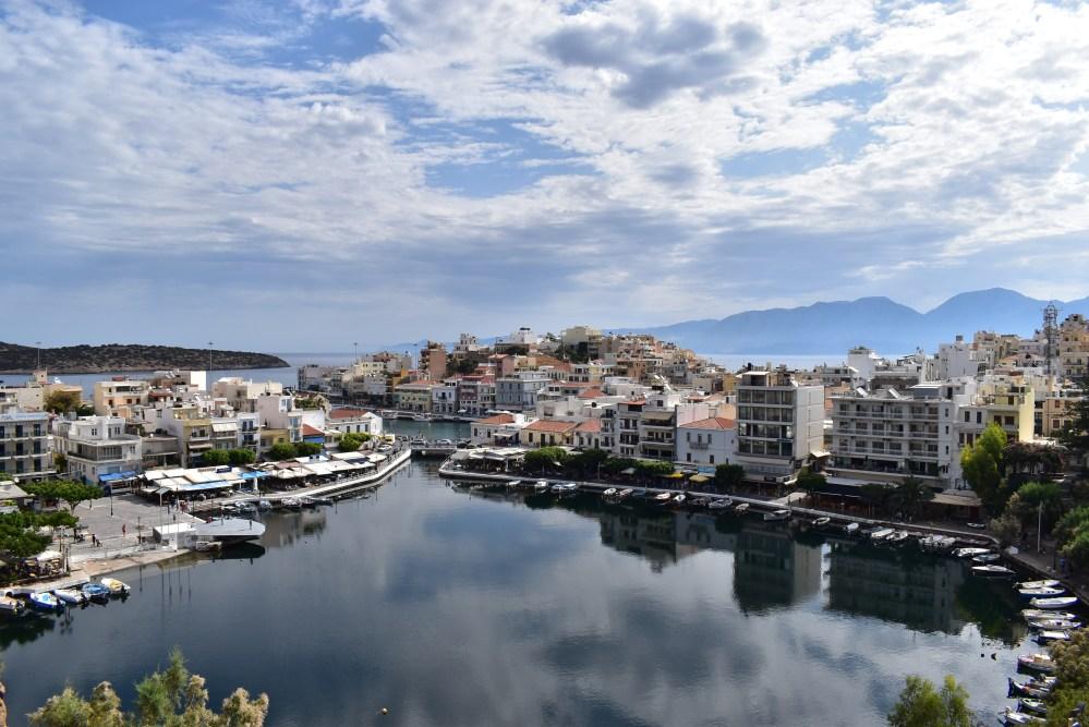 Hafenstadt Agios Nikolaos am See mit Gebirge im Hintergrund
