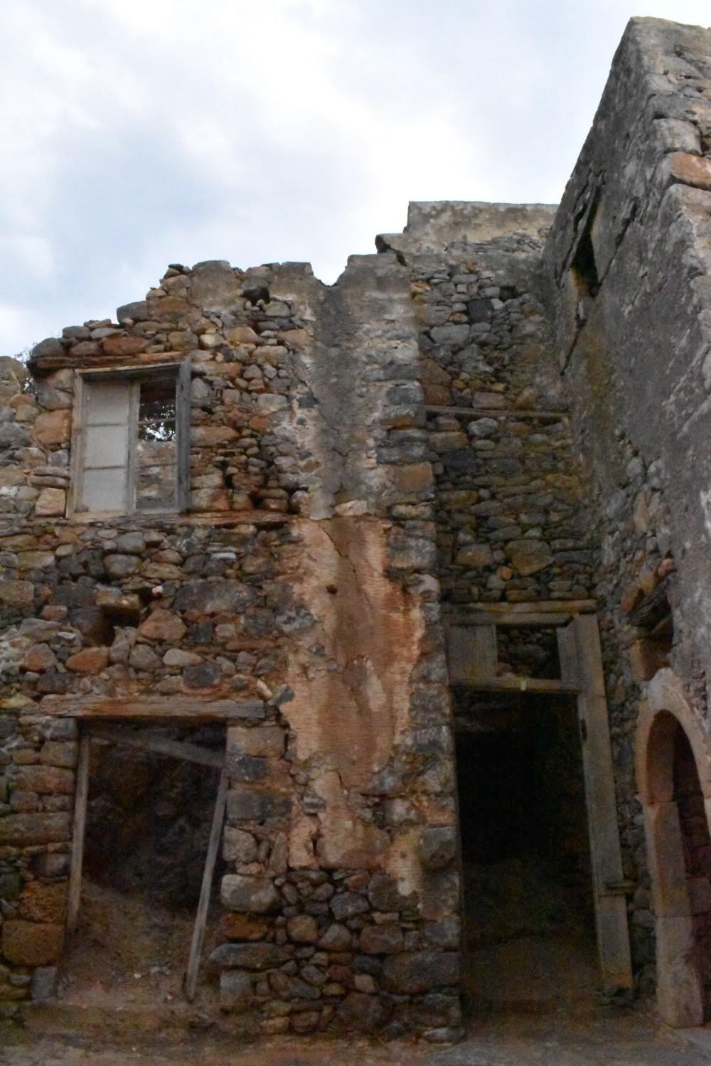 Eingänge zu den zerfallenen Steinhäusern
