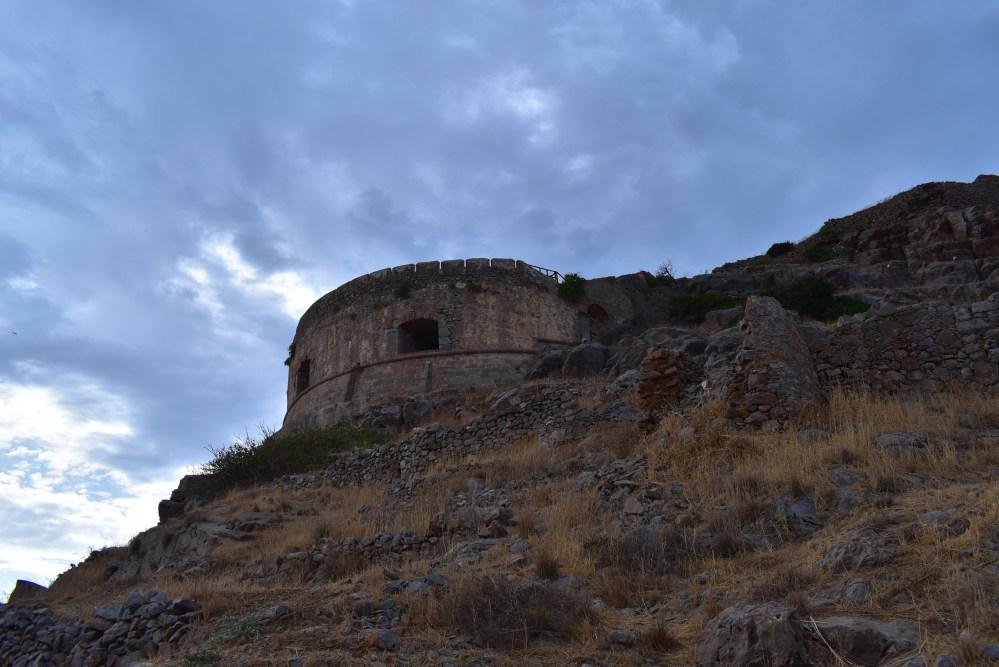 Festungsturm auf dem Felsen von der Seite