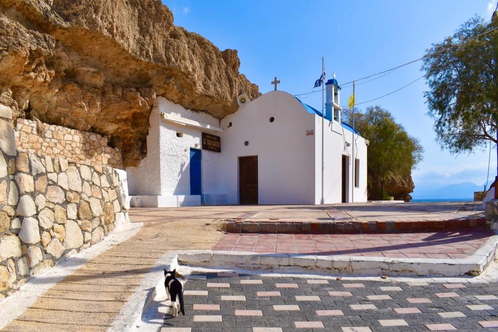 Katze auf dem Weg zur orthodoxen Kapelle Saint Paraskevi