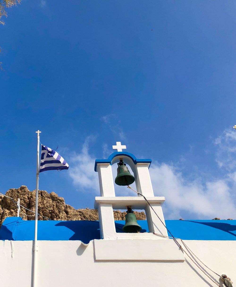 Dach mit griechischer Flagge und Glocken der Kirche Saint Paraskevi