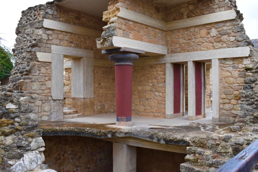 Ausschnitt von einem Raum mit roten Säulen