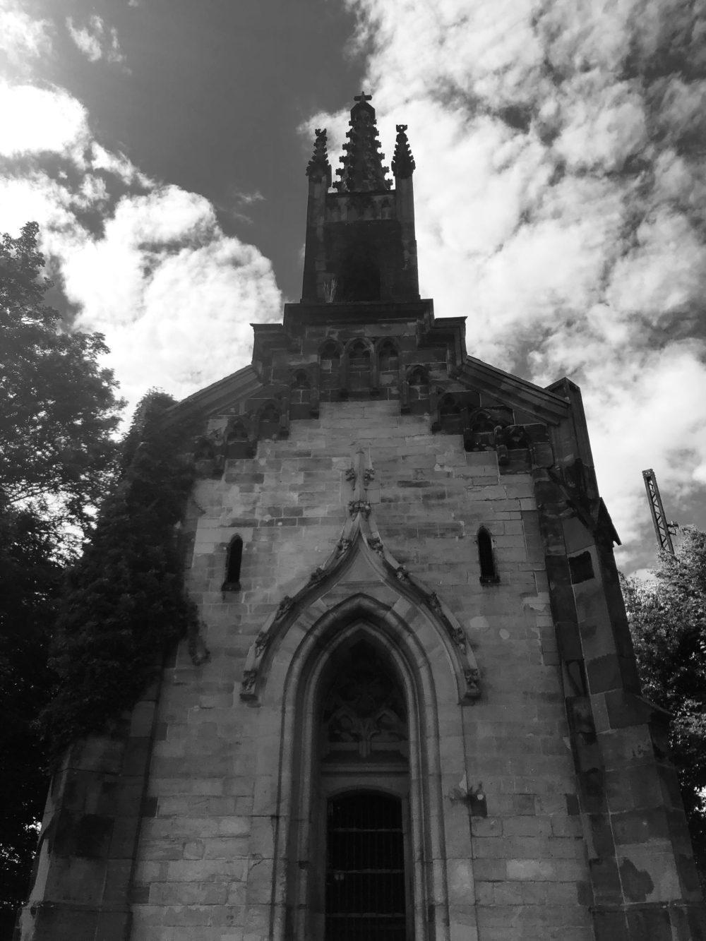 Kleine Kapelle in schwarz und weiß
