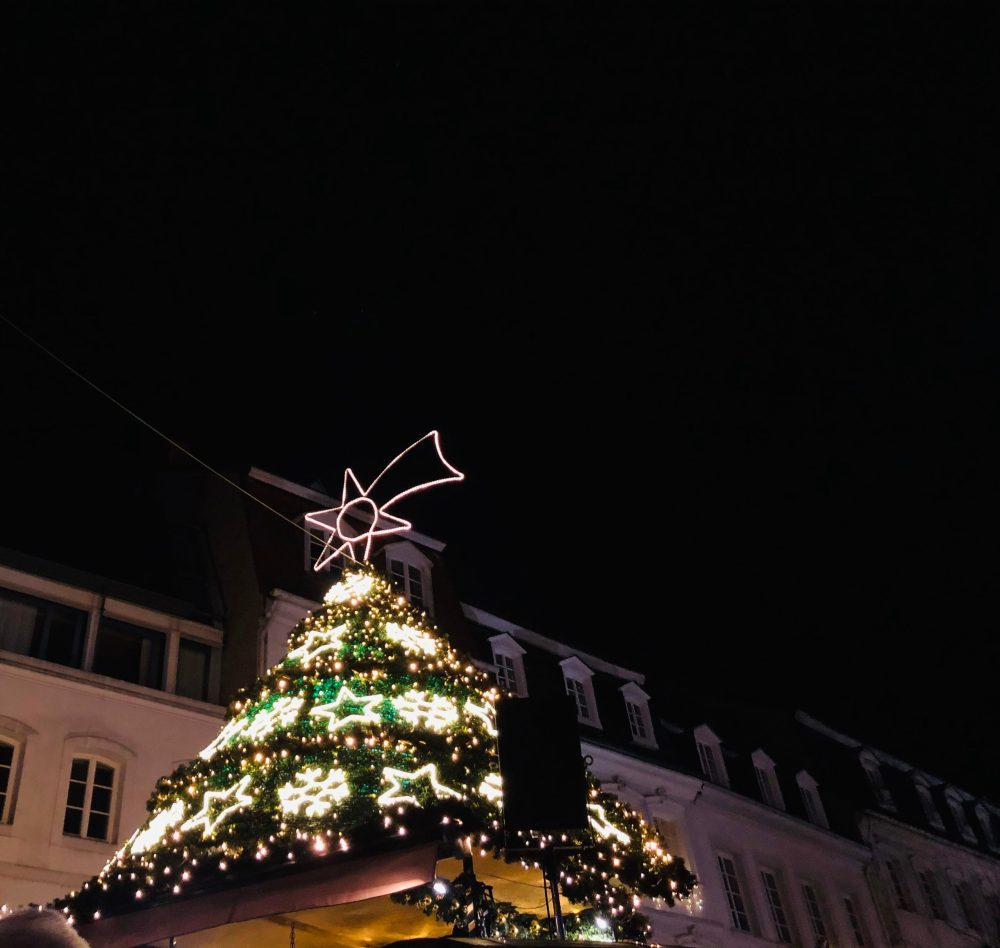 Geschmücktes Dach in Form eines Weihnachtsbaumes
