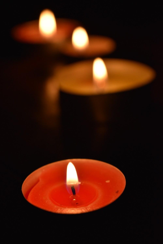 Gelbe und orangene brennende Kerzen