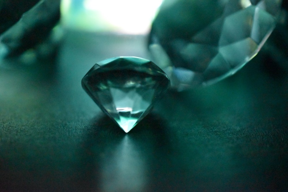 Türkisfarbene beleuchtete Glasdiamanten