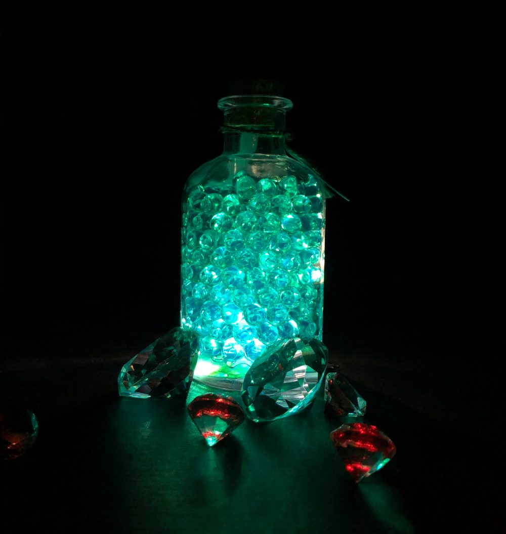 Glasobjekte im im Smaragdgrünem und roten Licht