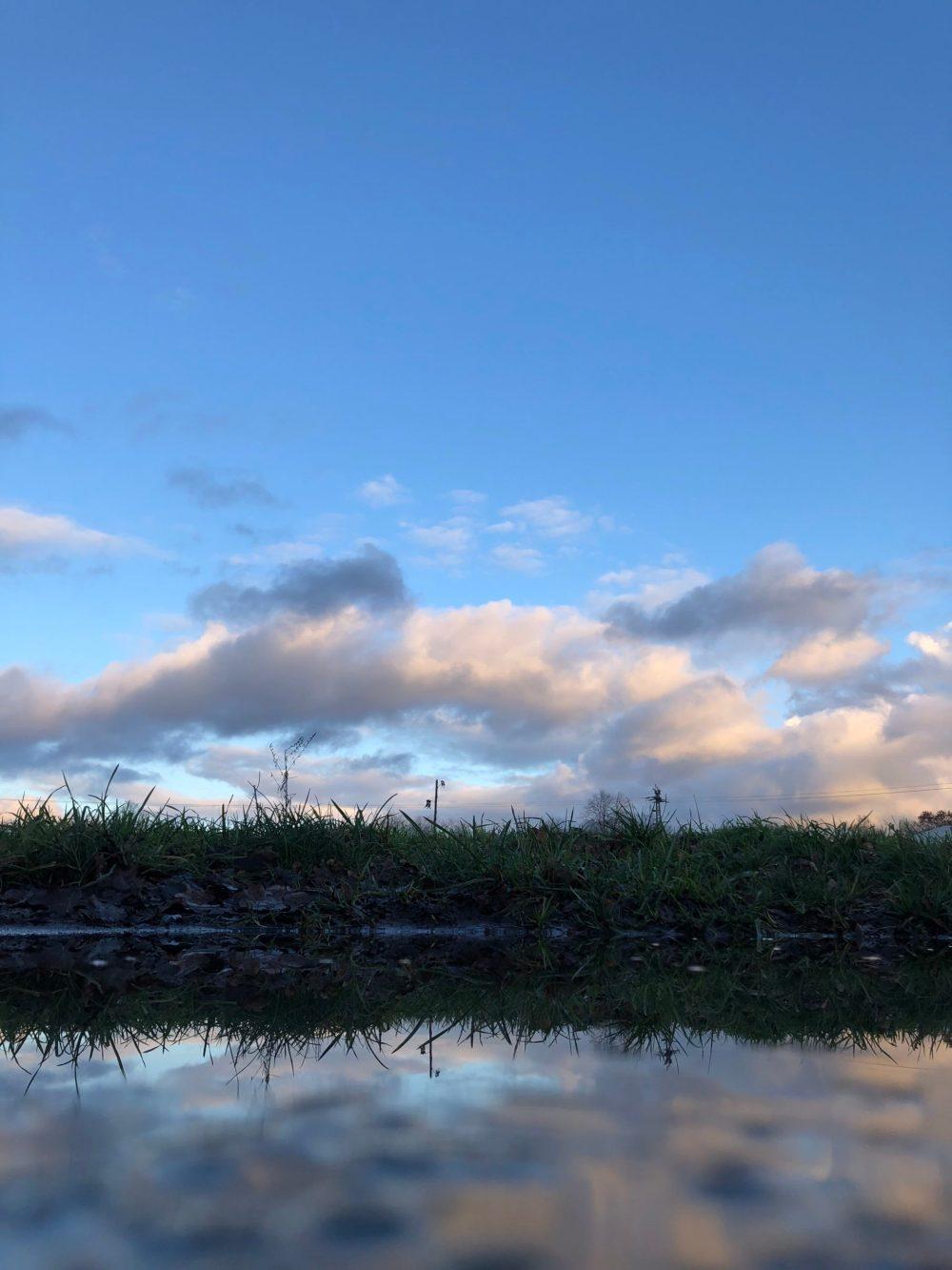 Wasserfläche unter blauem Himmel mit Wolken